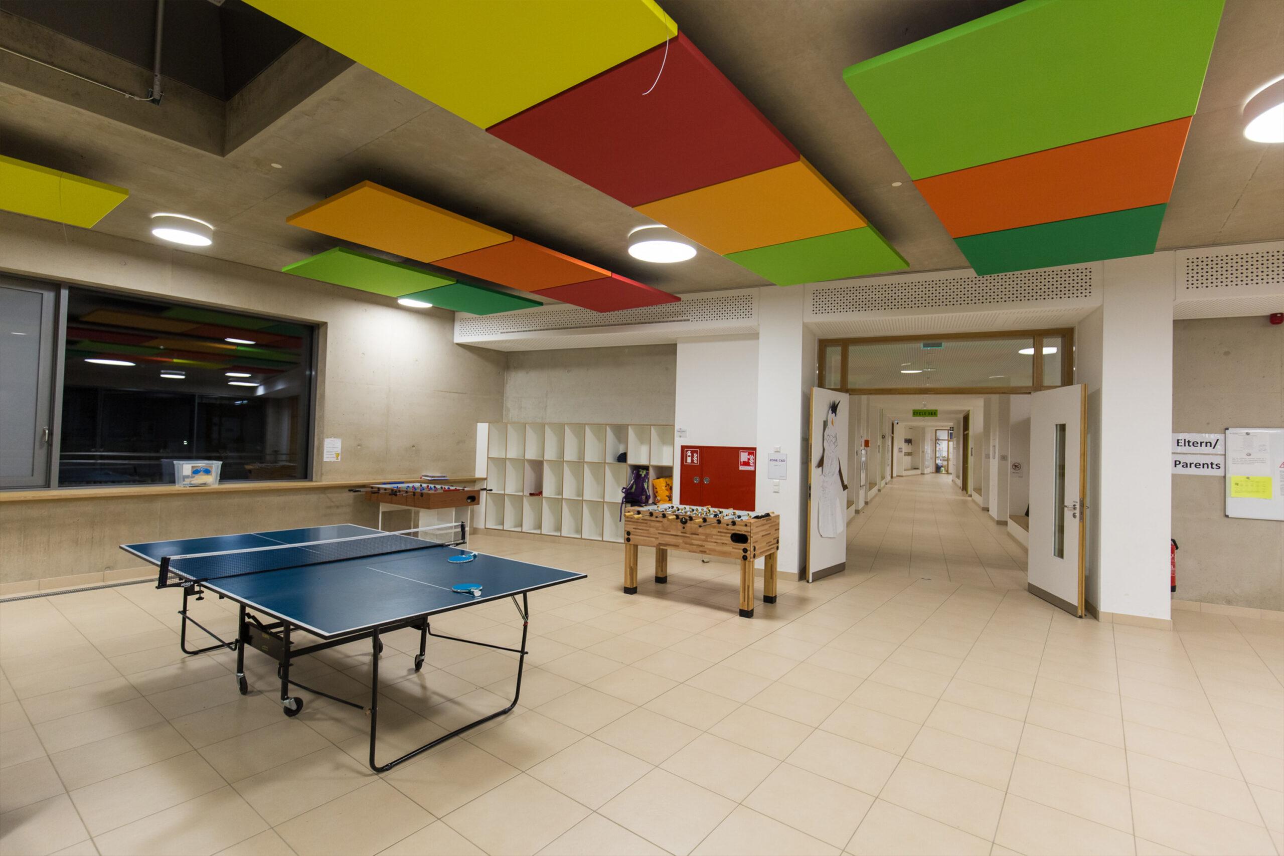 Tischtennisspiel hallt in großem Raum